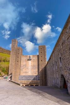 Entrada do precioso santuário de aranzazu na cidade de oñati, gipuzkoa. país basco