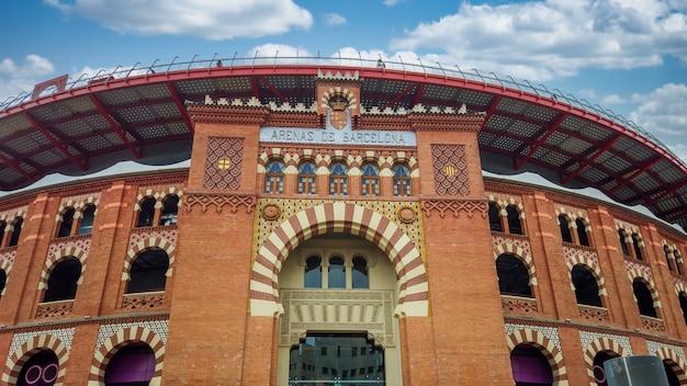 Entrada do shopping arenas de barcelona com céu nublado
