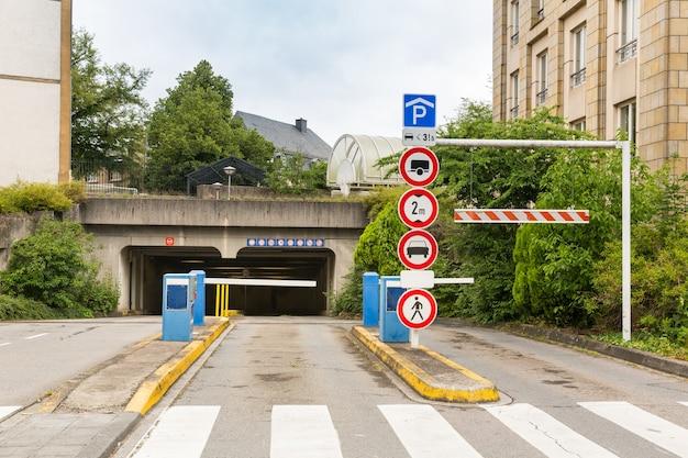 Entrada do túnel, cidade europeia, ninguém.
