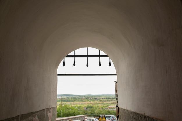 Entrada em arco do castelo com treliça. mukachevo, ucrânia