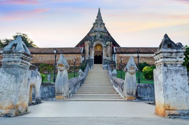 Entrada em arco frontal do templo wat phra that lampang luang, na província de lampang, no norte da tailândia