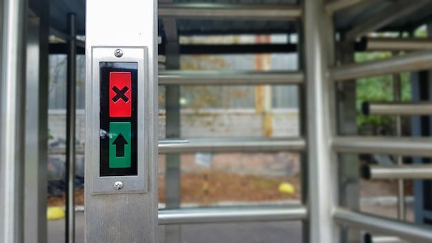 Entrada moderna com alto nível de segurança, catraca eletrônica automática, sistema de acesso e biometria. controle de acesso. torniquete de entrada fechada com acesso proibido.