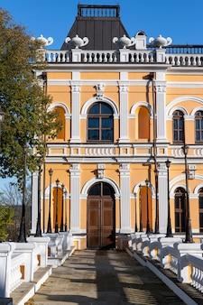 Entrada no manison de manuc bei. árvores verdes, fachada clássica e porta velha. hincesti, moldova