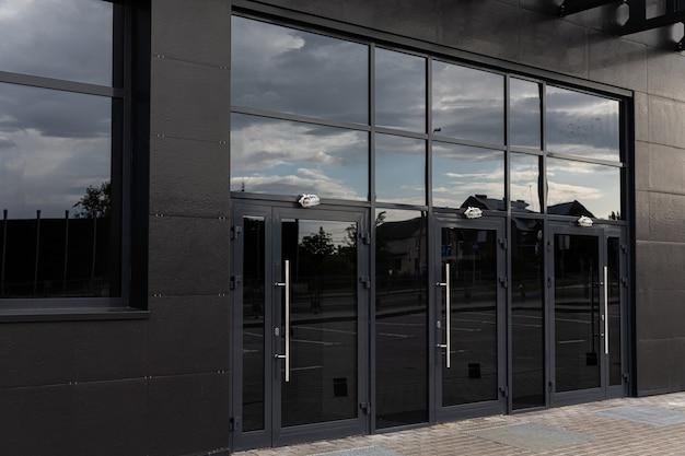Entrada no moderno edifício de escritórios