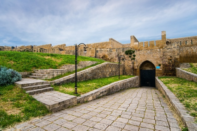 Entrada para a antiga fortaleza com um antigo muro de pedra