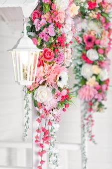 Entrada para a casa com uma lâmpada branca e flor
