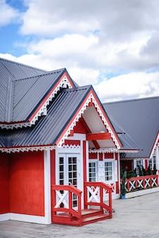 Entrada para a casa de madeira vermelha