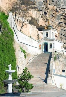 Entrada para o mosteiro de uspensky ou caverna da assunção