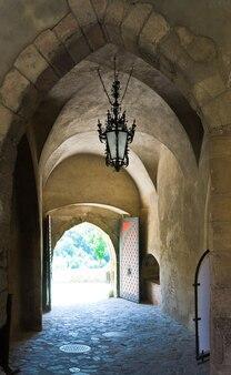 Entrada para o pátio do castelo medieval krivoklat, na república tcheca