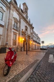 Entrada principal ao centro histórico da cidade de faro, portugal.