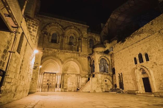 Entrada principal da catedral do santo sepulcro e o pátio em frente ao templo à noite. jerusalém, israel.