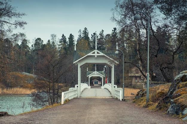 Entrada - uma ponte para um museu etnográfico em uma ilha ao ar livre em helsinque, na finlândia