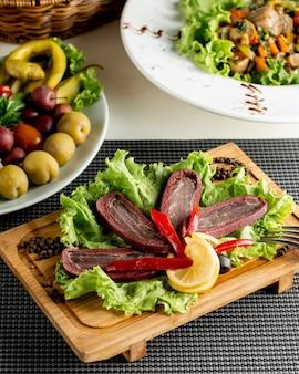 Entradas com legumes em cima da mesa