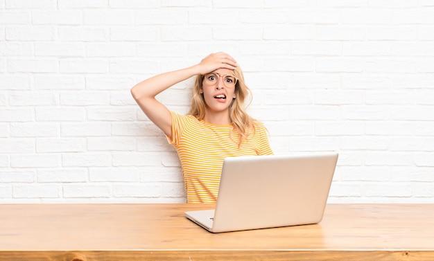 Entrando em pânico por causa de um prazo esquecido, sentindo-se estressado, tendo que cobrir uma bagunça ou erro