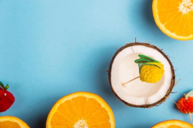 Entre as laranjas suculentas sobre um fundo azul. conceito de comida de verão