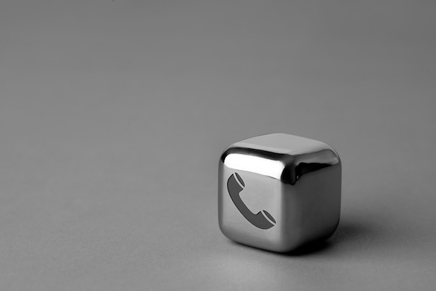 Entre em contato conosco ícone no cubo de metal para estilo futurista