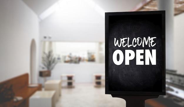 Entre, we open, no garçom do café, de pé
