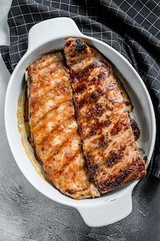 Entrecosto de porco grelhado quente picante de churrasco servido em uma panela.