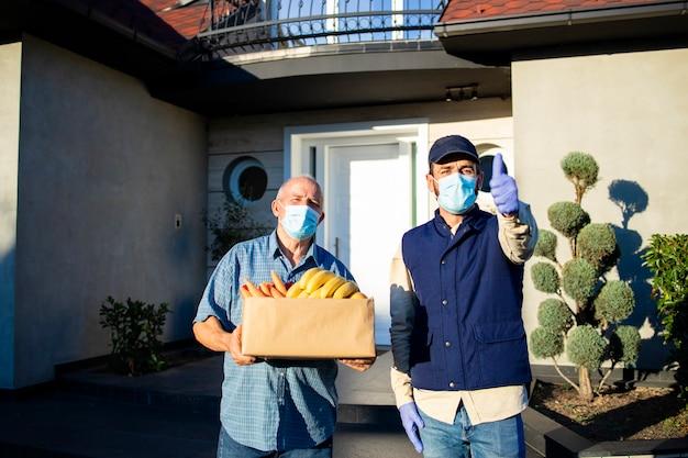 Entrega bem-sucedida de alimentos para a população idosa durante a pandemia ou bloqueio covid19.