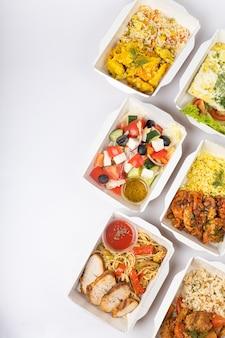 Entrega de alimentos em recipientes em fundo branco