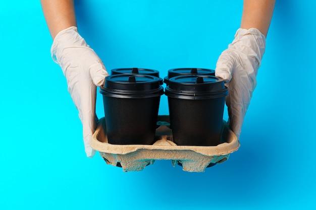 Entrega de café. mão humana segurando a xícara de café para viagem