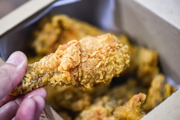 Entrega de caixa de frango frito para casa - frito frango crocante