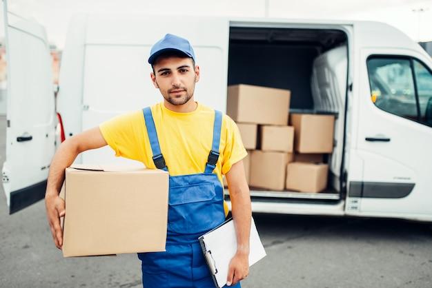 Entrega de carga, mensageiro masculino com caixa na mão