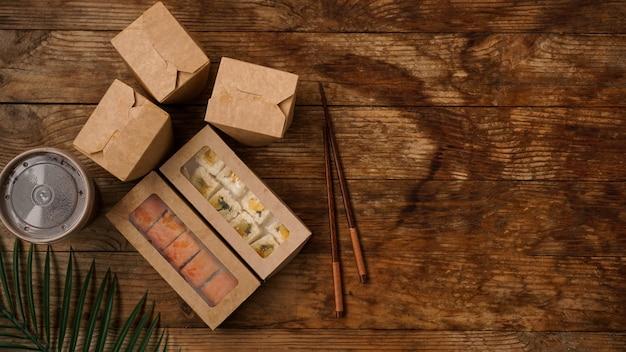 Entrega de comida asiática. embalagem para sushi e woks