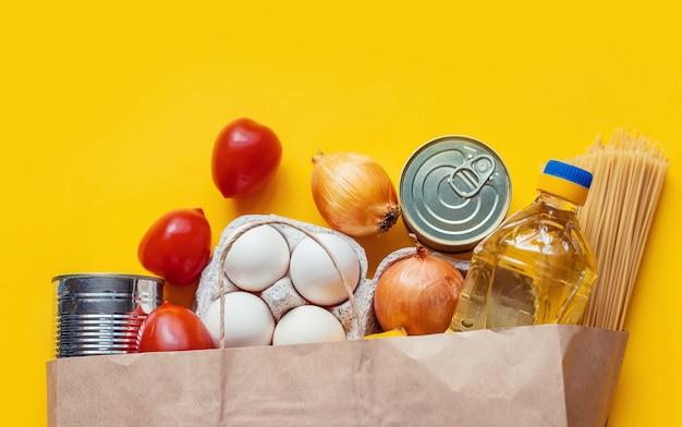 Entrega de comida em casa. doação e caridade. foco seletivo.