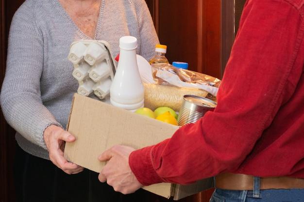 Entrega de comida ou caixa de doação para idosos em quarentena durante o covid-19