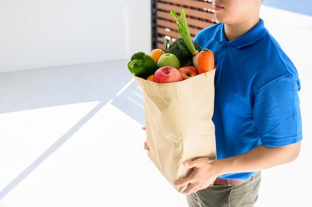 Entrega de comida quando ficar em casa. bloqueio e auto-quarentena em casa. distanciar-se socialmente e ficar em casa, fique seguro.