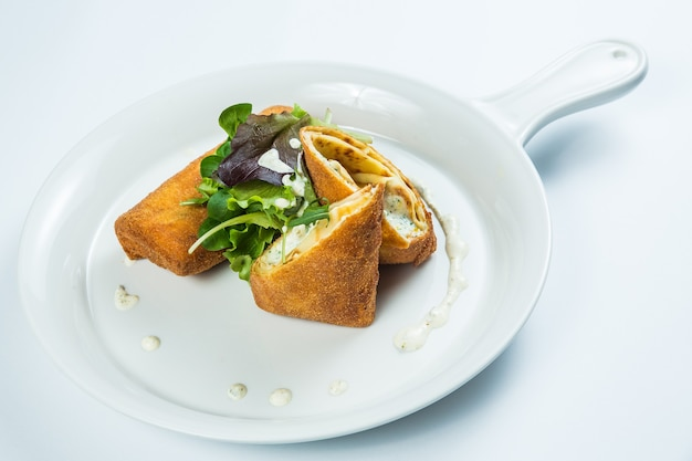 Entrega de comida saudável em restaurante em caixas para levar