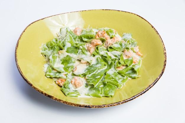 Entrega de comida saudável em restaurante, salada, segundo prato ou primeiro prato na superfície branca