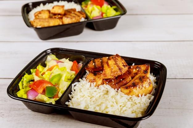 Entrega de comida saudável ou almoçar em recipiente