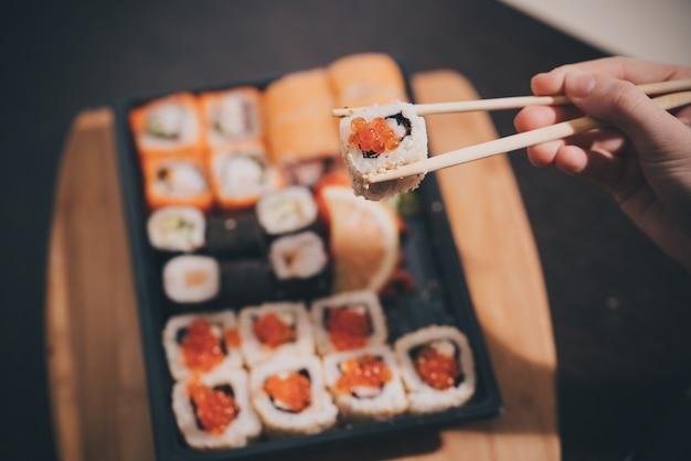 Entrega de comida sushi e pãezinhos