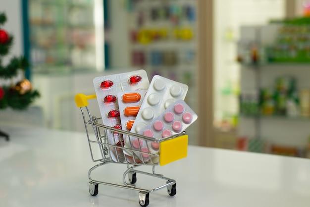 Entrega de comprimidos medicinais da farmácia em um carrinho