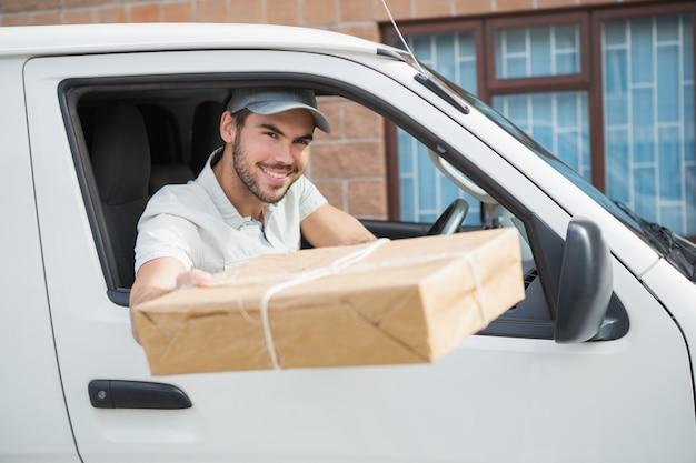 Entrega de motorista oferecendo pacote de sua van