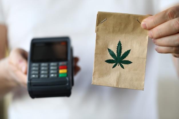 Entrega de pacotes com maconha, terminal de pagamento