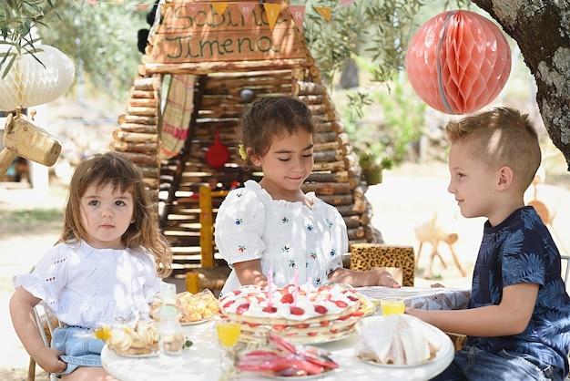 Entrega de presente de aniversário ao ar livre para uma menina