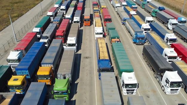 Entrega de produtos agrícolas no porto para desembarque. caminhões esperando sua vez.