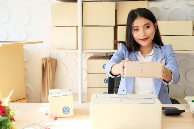 Entrega de sucesso de mulheres e vendas on-line