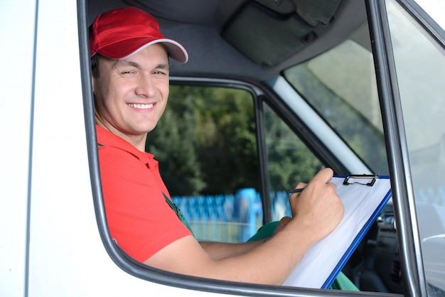 Entrega de um pacote através de um serviço de entrega.