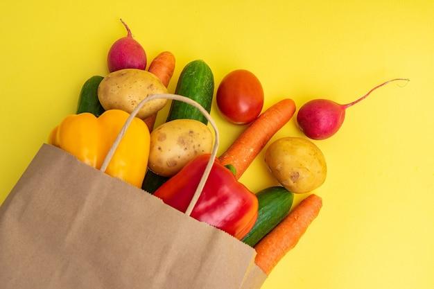 Entrega de vegetais. pacote com vegetais