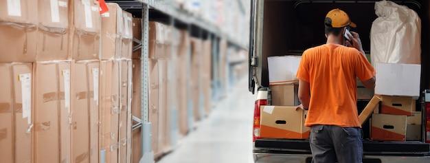 Entrega do produto ao cliente da loja de armazém logístico