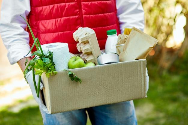 Entrega em domicílio de alimentos durante surtos de vírus, pânico por coronavírus e pandemias.
