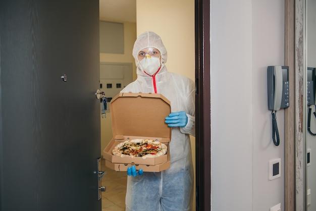 Entrega em domicílio de pizza segura durante surto de vírus e quarentena.