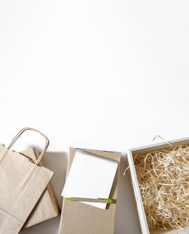 Entrega embalagem caixa caixa artesanato pacote papel fundo branco mercado