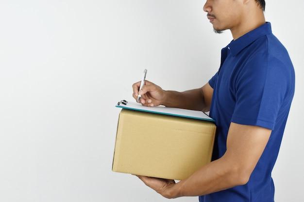 Entrega . entrega jovem segurando a caixa e escrevendo algo na área de transferência.