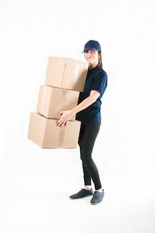 Entrega feliz, mulher segura, empilhado, de, pacote