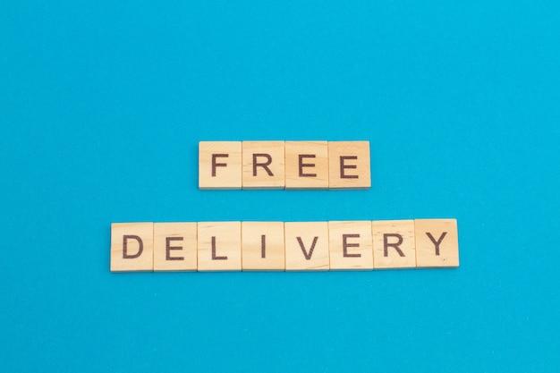 Entrega gratuita de palavras feita de cubos de madeira em azul